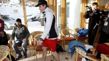 SKADET: Kjetil Jansrud møtte pressen torsdag morgen etter at han røk korsbåndet i høyre kne under super-G rennet under VM i alpint i Shladming onsdag. (Foto: Poppe, Cornelius/NTB scanpix)
