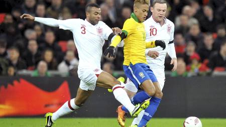 FULL KONTROLL: Ashley Cole og Wayne Rooney hadde full kontroll på Neymar i landskampen mot Brasil. (Foto: Neal Simpson/Pa Photos)