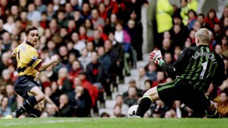 VENDEPUNKTET: Da Marc Overmars trillet ballen mellom beina på   Manchester United-keeper Peter Schmeichel endret momentumet seg i 1998.   (Foto: DAN CHUNG/REUTERS)