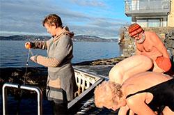 Lene sjekker temperaturen, Roesmary, Nina og Mons får av seg det våte badetøyet. (Foto: Ronald Toppe)