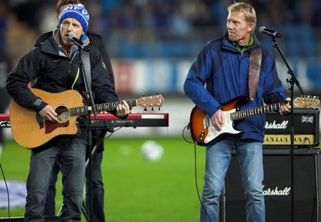 Jo og Knut Nesbø da de underholdt før eliteseriekampen i fotball mellom Molde og Sarpsborg 08 på Aker Stadion i Molde den 20. november 2011