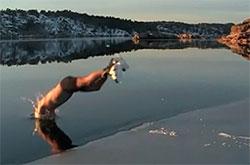 Full fart på skøyter til iskanten, og så rett uti. (Foto: Tor Eckhoff)