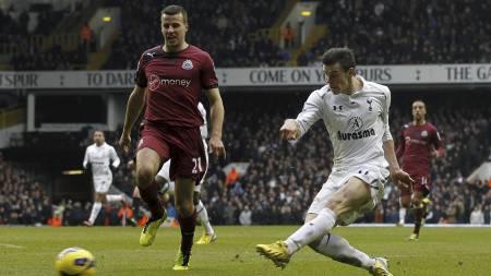 Bale scorer 2-1-målet. (Foto: IAN KINGTON/Afp)