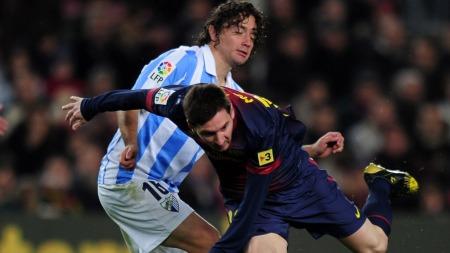 Manuel Iturra i duell med Lionel Messi. (Foto: LLUIS GENE, ©LLG/seb)