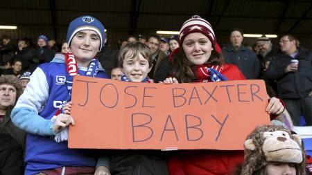 HYLLET FRA TRIBUNEPLASS: Under oppgjøret mot Liverpool var det   noen av Oldham-supporterne som hadde en plakat kun til ære for Baxter.   (Foto: John Walton/Pa Photos)