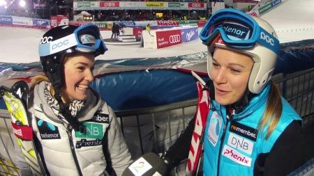 SMILTE ETTER EXITEN: Mona og Nina Løseth var skuffet over ikke å komme seg til kvartfinalen, men smilet var likevel på plass i mixed zone etter lagkonkurransen. (Foto: Pål S. Schaathun, TV 2)