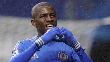 FEIRER LEDERMÅL: Ramires har satt inn 1-0 mot Wigan og viser hjerte til Chelsea-fansen. (Foto: OLLY GREENWOOD/Afp)