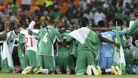 Nigerias tropp samlet seg til bønn etter seieren i Afrikamesterskapet. (Foto: FRANCISCO LEONG/Afp)