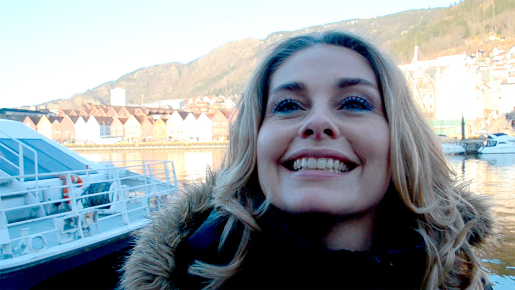 Elin Tvedt bor i Ølen, og tar hurtigbåten til og fra Bergen. (Foto: Ronald Toppe)