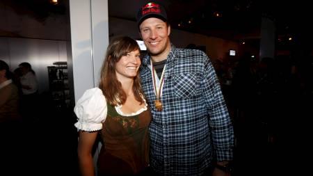 Aksel Lund Svindal og kjæreste Julia Mancuso under feiringen etter Aksels seier i utfor under VM i alpint i Schlandming. (Foto: Poppe, Cornelius/NTB scanpix)