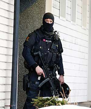 Politiet aksjonerte på flere adresser på Lambertseter i forbindelse med bombetrusselsen mot Stortinget.