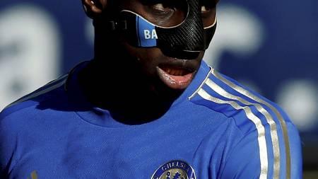 Demba Ba, for anledningen med en passende maske. (Foto: EDDIE KEOGH/Reuters)
