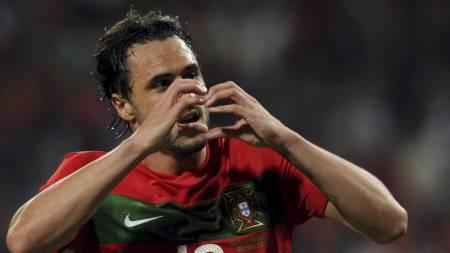 LANDSLAGSHJERTE: Portugals Hugo Almeida har vist hjertetegnet flere ganger. Her under en treningskamp mot Mosambik i 2010. (Foto: FRANCISCO LEONG/Afp)