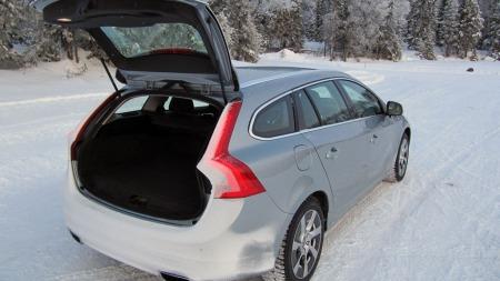 El.motoren på bakakselen og batteripakka krever plass, derfor er bagasjeromsgulvet hevet noe. Er ikke veldig stort bagasjerom har derfor blitt enda mindre.  (Foto: Benny Christensen)