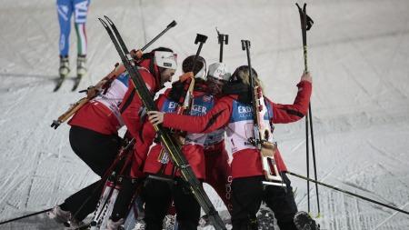 TAKK TORA: De norske jentene stormet til etter målgang.