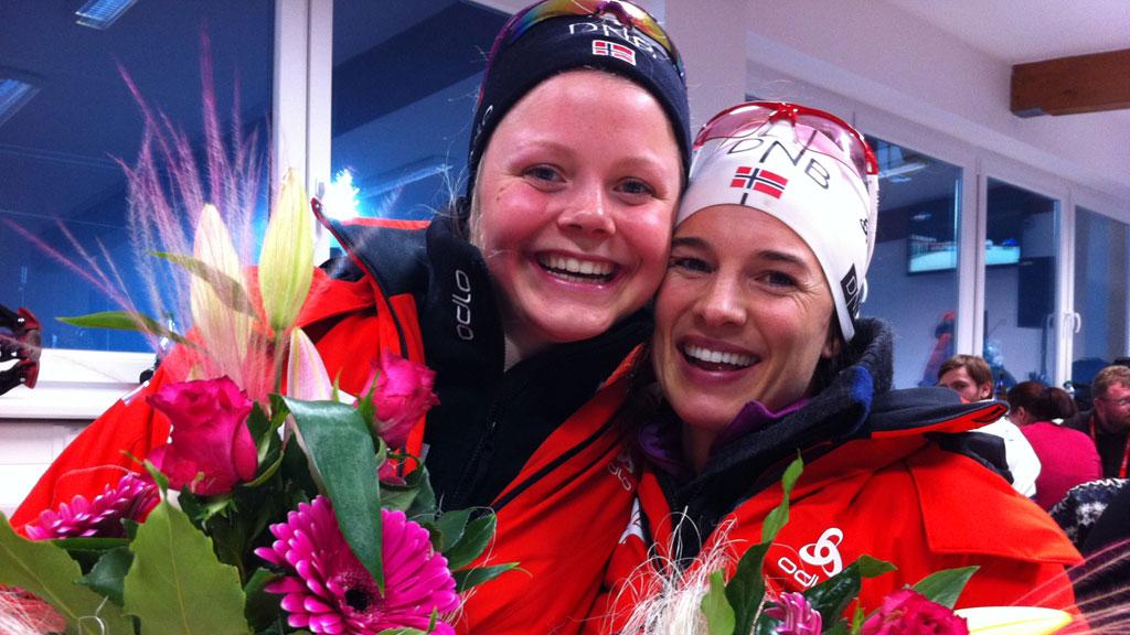FORNØYDE: Hilde Fenne og Ann-Kristin Flatland etter stafettgullet.