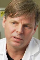 Per Medbøe Thorsby er overlege og ekspert på kortisol. Han sier   han er overrasket over resultatene til Liselotte Ahnert forskerteamet   hennes. (Foto: Frank Melhus / TV 2)