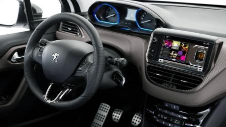 Dashboardets oppbygging kjennes igjen fra 208, med en klar sentrering rundt føreren. Rattet er påfallende lite og sportslig, og skal stemme bra over ens med bilens kvikke egenskaper.