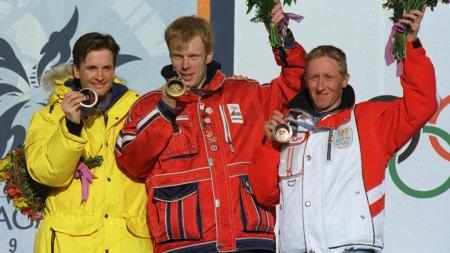 Bjørn Dæhli (i midten) tok gull på 5-mila i OL i Nagano. Svenske Niklas Jonsson og Christian Hoffman fulgte på henholdsvis sølv og bronse. (Foto: PER LOECHEN, ©LOCH/HALV)