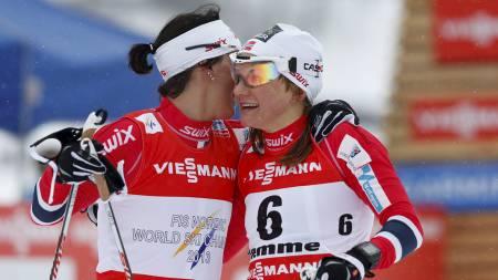 MEDALJEKLEM: Gullvinner Marit Bjørgen gir Maiken Caspersen Falla en god klem etter finalen i klassisk sprint i Val di Fiemme. (Foto: Åserud, Lise/NTB scanpix)