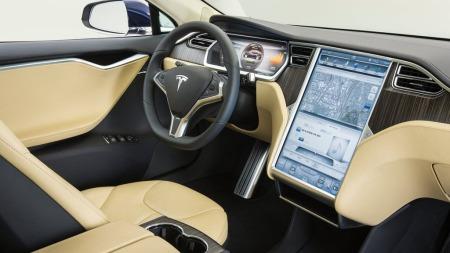 Store skjermer og mye teknologi er blant det som frister kjøpere til å velge Tesla Model S. I USA selges det faktisk flere Model S enn langt billigere Nissan Leaf.