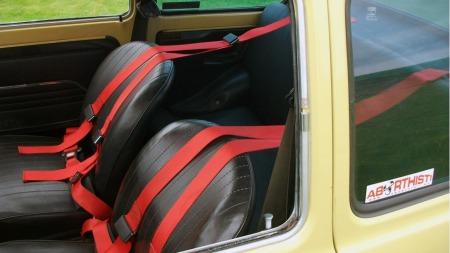 Interiøret er stort sett originalt, bortsett fra firepunktsseler, som lett kan plukkes vekk hvis man ønsker det. (Foto: Privat)