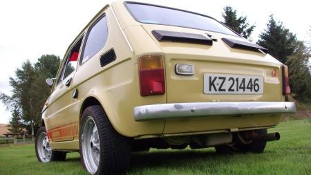 Baklokket har en tidligere eier byttet til et fra en nyere Polski Fiat. Sven har dessuten montert understellskomponenter fra en slik bil for å kunne bruke litt fetere hjul på den lille tassen, men har alt det originale liggende. (Foto: Privat)