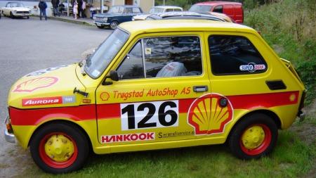 En gjeng russ med virketrang hadde lakkert bilen knallgul, men ikke kommet lenger enn til å demontere den da Svens far kom inn i bildet, og reddet bilen for fremtiden. Dermed ble den reklameplakat en stund. (Foto: Privat)