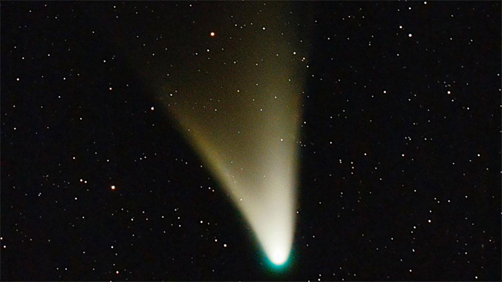 Kometen C/2011 L4 Pan-Starr er nå nærmere solen enn planeten Venus. Varmen fordamper is, og blåser den utover til en nydelig vifteformet hale. Bildet er tatt fra Buenos Aires i Argentina. (Foto: Ignacio Diaz Bobillo)