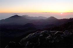Soloppgangen sett fra Haleakala. Observatoriene legges på fjelltopper langt fra byer fordi luften er klar og tynn, uten sjenerende lys fra veier og bygninger. (Foto: Wikipedia)