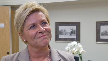 IKKE ENIG: Partileder Siv Jensen er ikke enig med sin nestleder i at Frp er for like de andre partiene på høyresiden.  (Foto: TV 2)