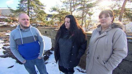 LURT: Monica Berge sammen med sin datteren og svigersønnen Erik Johansen mener de har blitt lurt trill rundt.  (Foto: Tor Byggland)