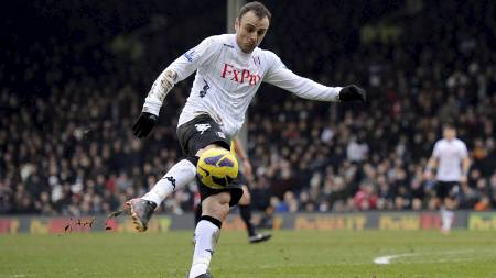 KROPPSKONTROLL: Dimitar Berbatov smeller inn 1-0 for Fulham mot Stoke (Foto: Jonathan Brady/Pa Photos)