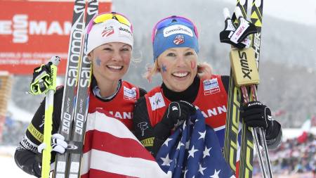 From L USA's Jessica Diggins and Kikkan Randall pose after the women's cross country skiing team sprint Final Race 1.2 km of the FIS Nordic World Ski Championships at Val Di Fiemme Cross Country stadium in Cavalese, north Italy on February 24, 2013. (Foto: Pierre Teyssot/Afp)