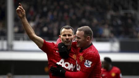 VETERANSCORING: Wayne Rooney hyller Ryan Giggs. (Foto: Nick Potts/Pa Photos)