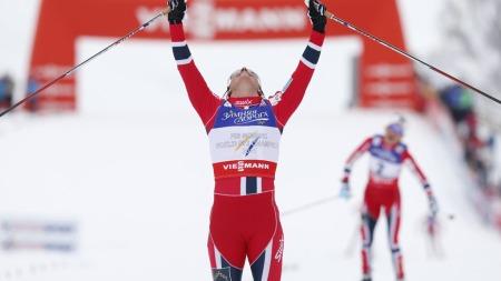 TOK SITT TIENDE VM-GULL: Marit Bjørgen viste kjempekreftene da hun vant lørdagens skiathlon i VM foran Therese Johaug og Heidi Weng. (Foto: Åserud, Lise)