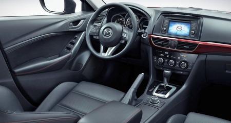 Interiøret i Mazda 6 har fått et løft, men kan fort bli litt mørkt og tungt.