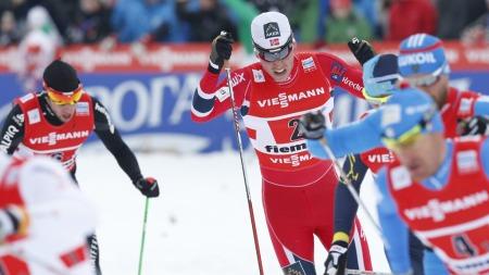 SPRAKK: Pål Golberg måtte hjelpes ut av stadion etter å ha sviktet på sin etappe under søndagens sprintstafett i VM. (Foto: Åserud, Lise)