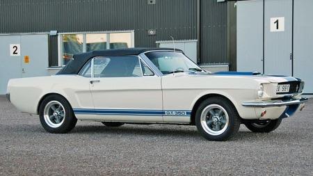 Shelby-stripene og den spesielle luftåpningen i frontplaten stemmer liksom ikke helt når bilen fremstår som en convertible - Shelby bygget så godt som alle sine biler på fastback-karosserier. Men modifiseringen er likevel svært smakfull, og tilstanden later ikke til å være noe å skjemmes av, heller. (Foto: Blocket.se)