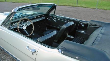Bilen er en original convertible, og når taket plukkes bort er den fremdeles en fullt fungerende sådan med både nytt interiør og ny kalesje. (Foto: Blocket.se)