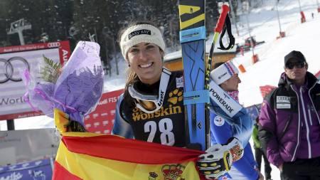 Spain's Carolina Ruiz Castillo celebrates at the finish area after winning an alpine ski, women's World Cup downhill race, in Meribel, France, Saturday, Feb. 23, 2013. (AP Photo/Enrico Schiavi) (Foto: Enrico Schiavi/Ap)