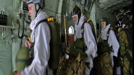 REKONSTRUKSJON: Her er et knippe fallskjermjegere fra Forsvaret klare til å hoppe ut over Hardangervidda og gjenskape tungtvannsaksjonen 70 år etterpå. (Foto: Forsvaret/TV 2)