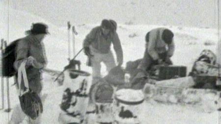 ALLE OVERLEVDE: Ingen av de ni norske soldatene som deltok i aksjonen i 1943 mistet livet. På vei tilbake måtte de gå 14 dager på ski. (Foto: Kampen om tungtvannet/TV 2)