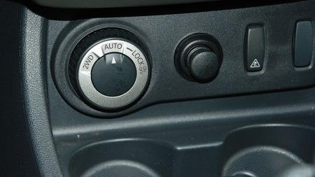 Du kan kjøre Duster med bare drift på forhjulene - eller automatisk fordeling av kreftene. Og du kan også låse systemet.