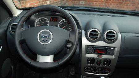 Dashbordet i Dacia Duster er enkelt og nøkternt og er kanskje det som best avslører at dette ikke er noen topp moderne bil.