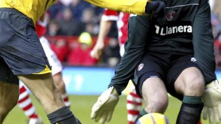 Thomas Myhre for Charlton mot Arsenal i 2005. (Foto: CARL DE SOUZA/AFP)