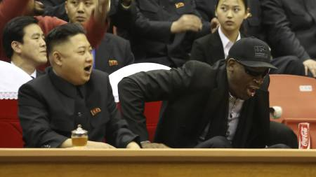 ENGASJERT: Kim Jong Un og Dennis Rodman på en basketballkamp. (Foto: Jason Mojica/Ap)