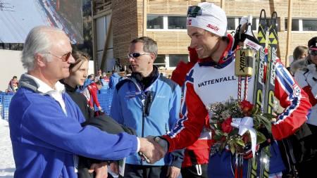 SKI-VM i Val di Fiemme 2013. Kong Carl Gustaf av Sverige hilser på Petter Northug etter stafett herrer 4x10 kilometer på langrennstadion i Val di Fiemme, Italia fredag.  Tord Asle Gjerdalen (1-1), Eldar Rønning (1-2), Sjur Røthe (1-3) og Petter Northug (1-4). (Foto: Åserud, Lise/NTB scanpix)