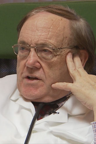 BEHANDLER MED LDN: Den irske legen Edmond O'Flaherty har gitt   LDN til omtrent 300 pasienter de siste ti årene. Han kaller medisinen   for «The Swiss Army Knife of Medicin». (Foto: Frank Melhus / TV 2 )