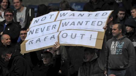 Fansen viser sin misnøye med Rafael Benitez. (Foto: CARL COURT/Afp)